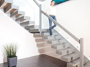 Dom w lesie - Średnie wąskie schody dwubiegowe metalowe, styl nowoczesny - zdjęcie od Maria Jachalska
