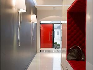 Dom na wysoki połysk - Duży biały szary hol / przedpokój, styl glamour - zdjęcie od Maria Jachalska