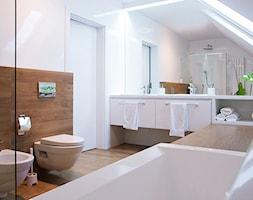 kuchnia + łazienka w Ochojnie - konkurs - Średnia biała brązowa łazienka na poddaszu w domu jednorodzinnym z oknem, styl skandynawski - zdjęcie od PERA studio - Homebook