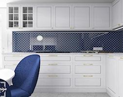 Kuchnia - Średnia otwarta biała niebieska kuchnia w kształcie litery l z oknem - zdjęcie od MM Design Pracownia Wnętrz