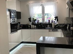 Średnia otwarta szara kuchnia w kształcie litery g z oknem, styl glamour - zdjęcie od Małgorzata R-a