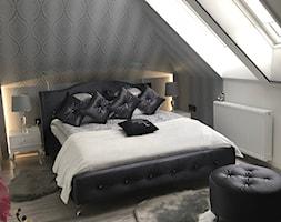 Mała biała szara sypialnia małżeńska na poddaszu, styl glamour - zdjęcie od Małgorzata R-a