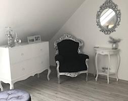 Mała szara sypialnia na poddaszu, styl glamour - zdjęcie od Małgorzata R-a