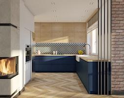 Dom Banino - Średnia otwarta biała niebieska kuchnia w kształcie litery u w aneksie z oknem, styl n ... - zdjęcie od Inka Studio - Homebook