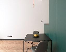 Kawalerka w zabytkowej kamienicy - Mała otwarta biała zielona jadalnia jako osobne pomieszczenie, s ... - zdjęcie od DEMBOWSKA / JAGIEŁŁO studio architektury - Homebook