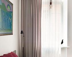 Kawalerka w zabytkowej kamienicy - Średnia biała sypialnia małżeńska, styl eklektyczny - zdjęcie od DEMBOWSKA / JAGIEŁŁO studio architektury - Homebook