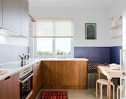 Mieszkanie w krakowskiej Nowej Hucie - Mała zamknięta biała niebieska kuchnia w kształcie litery l z oknem, styl eklektyczny - zdjęcie od one desk