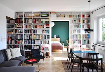 Książki w pokoju dziennym: 7 pomysłów na domową biblioteczkę