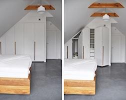 Dom jednorodzinny w Otwocku - Średnia biała szara sypialnia małżeńska na poddaszu, styl nowoczesny - zdjęcie od one desk