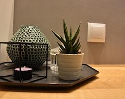 MIESZKANIE DLA MŁODYCH - Mała czarna szara łazienka w bloku w domu jednorodzinnym bez okna, styl minimalistyczny - zdjęcie od NOKODESIGN