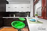 stół w małej kuchni