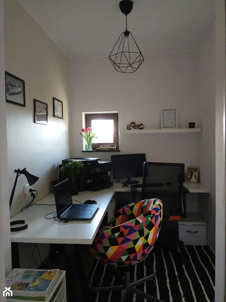 Biuro - Średnie białe biuro domowe w pokoju, styl eklektyczny - zdjęcie od kaMMat design - Homebook