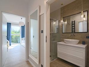 Mieszkanie 46 m2 - Mała biała łazienka w bloku w domu jednorodzinnym bez okna, styl skandynawski - zdjęcie od home nook