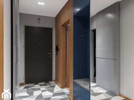Aranżacje wnętrz - Hol / Przedpokój: Mieszkanie z niebieskim motywem - Duży szary hol / przedpokój, styl eklektyczny - Loftstudio. Przeglądaj, dodawaj i zapisuj najlepsze zdjęcia, pomysły i inspiracje designerskie. W bazie mamy już prawie milion fotografii!
