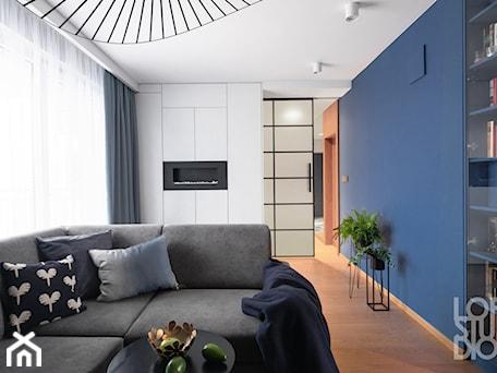 Aranżacje wnętrz - Salon: Mieszkanie z niebieskim motywem - Mały szary niebieski salon, styl nowoczesny - Loftstudio. Przeglądaj, dodawaj i zapisuj najlepsze zdjęcia, pomysły i inspiracje designerskie. W bazie mamy już prawie milion fotografii!