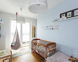 Mieszkanie Bohomolca - Średni szary niebieski pokój dziecka dla chłopca dla dziewczynki dla rodzeństwa dla ucznia dla niemowlaka dla malucha, styl skandynawski - zdjęcie od Loftstudio