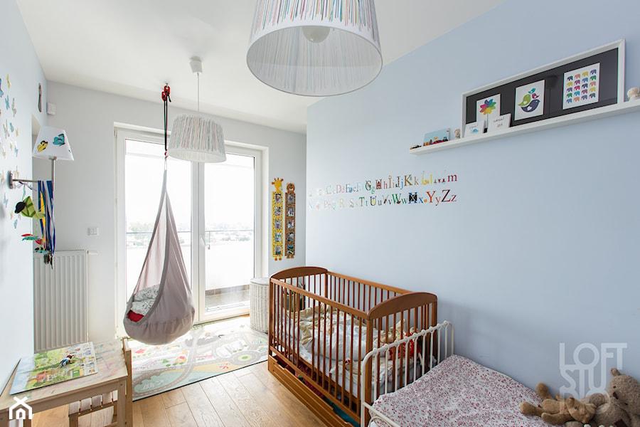 Aranżacje wnętrz - Pokój dziecka: Mieszkanie Bohomolca - Średni szary niebieski pokój dziecka dla chłopca dla dziewczynki dla rodzeństwa dla ucznia dla niemowlaka dla malucha, styl skandynawski - Loftstudio. Przeglądaj, dodawaj i zapisuj najlepsze zdjęcia, pomysły i inspiracje designerskie. W bazie mamy już prawie milion fotografii!