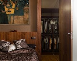 Loft Wolbrom - Mała szara sypialnia małżeńska z garderobą, styl nowoczesny - zdjęcie od Loftstudio