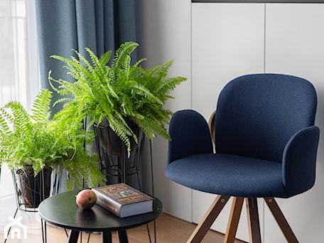 Aranżacje wnętrz - Salon: Mieszkanie z niebieskim motywem - Biały salon, styl skandynawski - Loftstudio. Przeglądaj, dodawaj i zapisuj najlepsze zdjęcia, pomysły i inspiracje designerskie. W bazie mamy już prawie milion fotografii!