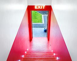 Apartament z kolorem - Hol / przedpokój, styl nowoczesny - zdjęcie od Loftstudio - Homebook