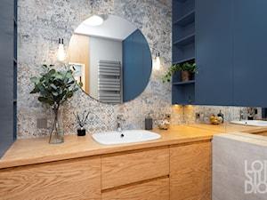 Mieszkanie z niebieskim motywem - Mała szara łazienka w bloku w domu jednorodzinnym bez okna, styl vintage - zdjęcie od Loftstudio