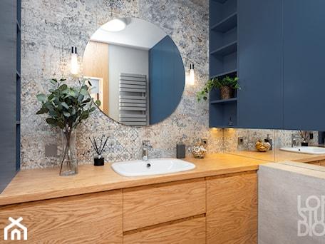 Aranżacje wnętrz - Łazienka: Mieszkanie z niebieskim motywem - Mała szara łazienka w bloku w domu jednorodzinnym bez okna, styl vintage - Loftstudio. Przeglądaj, dodawaj i zapisuj najlepsze zdjęcia, pomysły i inspiracje designerskie. W bazie mamy już prawie milion fotografii!