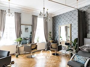 Klasyczne wnętrze salonu fryzjerskiego w warszawskiej kamienicy - Wnętrza publiczne, styl klasyczny - zdjęcie od Sobkowiak Architektura