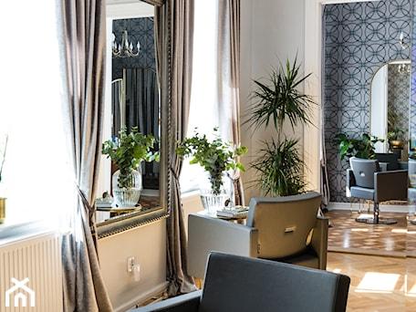 Aranżacje wnętrz - Wnętrza publiczne: Klasyczne wnętrze salonu fryzjerskiego w warszawskiej kamienicy - Wnętrza publiczne, styl klasyczny - Sobkowiak Architektura . Przeglądaj, dodawaj i zapisuj najlepsze zdjęcia, pomysły i inspiracje designerskie. W bazie mamy już prawie milion fotografii!