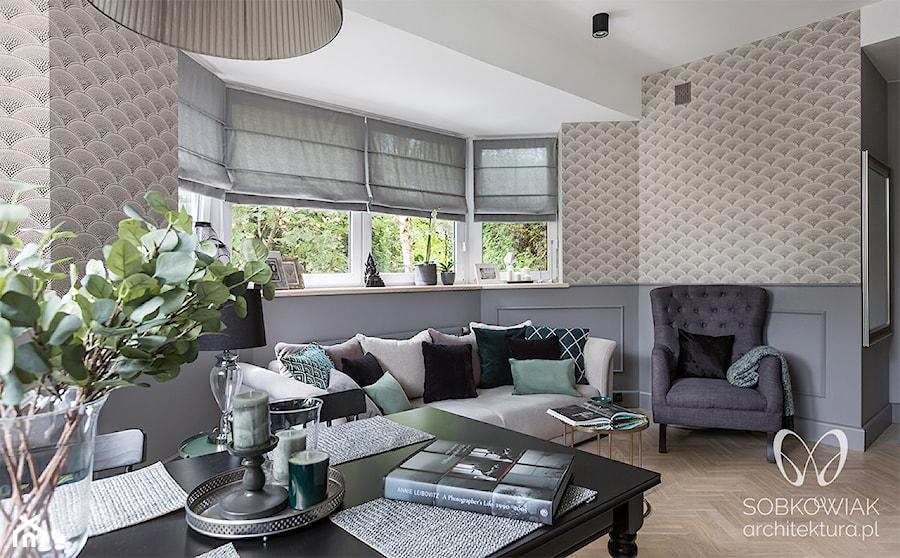 Salon w stylu klasycznym w odcieniach szarości i zieleni - zdjęcie od Sobkowiak Architektura
