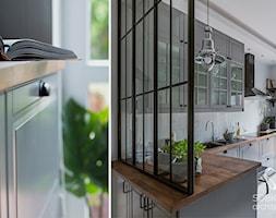 Klasyczna+kuchnia+oddzielona+%C5%9Bcink%C4%85+z+metalu+i+szk%C5%82a+-+zdj%C4%99cie+od+Sobkowiak+Architektura