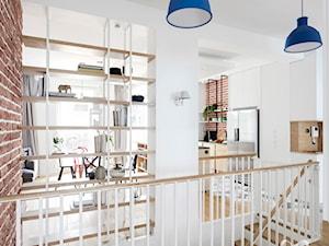 Nowoczesny, biały hol z płytkami heksagonalnymi - zdjęcie od Sobkowiak Architektura
