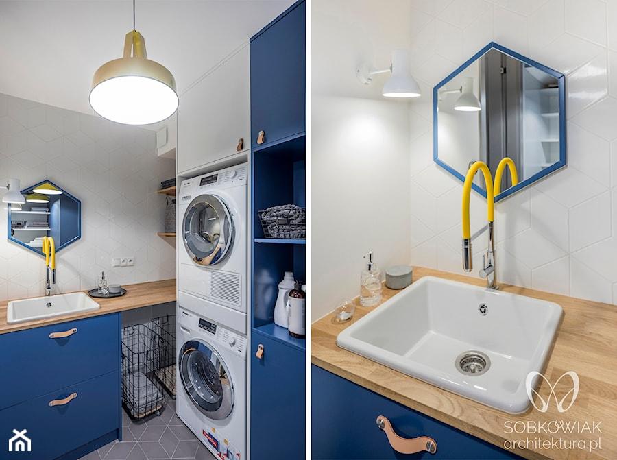 Granatowa pralnia w stylu skandynawskim - zdjęcie od Sobkowiak Architektura