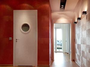 Radość i witalność ciepłych kolorów - Średni szary czerwony hol / przedpokój, styl nowoczesny - zdjęcie od ALMINAS WNĘTRZA
