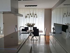 Spokój minimalizmu - Średnia otwarta wąska biała beżowa kuchnia dwurzędowa w aneksie z oknem, styl minimalistyczny - zdjęcie od ALMINAS WNĘTRZA