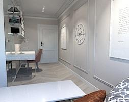Róż Paryski delikatność i kobiecość - Średnie beżowe białe biuro domowe kącik do pracy w pokoju, styl nowojorski - zdjęcie od ALMINAS WNĘTRZA