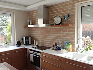 Rozbudowa domu - Mała zamknięta beżowa brązowa kuchnia w kształcie litery l, styl klasyczny - zdjęcie od eldevision