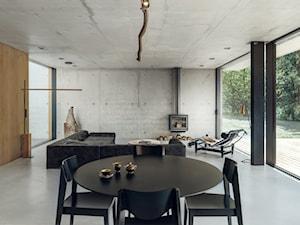 Bardzo nowoczesny dom - Duża otwarta beżowa szara jadalnia w salonie, styl nowoczesny - zdjęcie od Studio de.materia