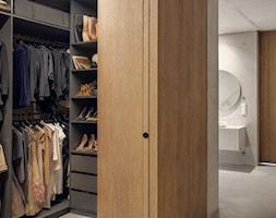 Bardzo nowoczesny dom - Średnia otwarta garderoba, styl nowoczesny - zdjęcie od Studio de.materia