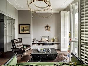 Garsoniera na Mokotowie - Mały szary biały salon z bibiloteczką z tarasem / balkonem, styl eklektyczny - zdjęcie od Anna Koszela. Architekt wnętrz