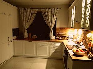 Średnia otwarta beżowa szara kuchnia w kształcie litery u z oknem, styl prowansalski - zdjęcie od MartuuSz.