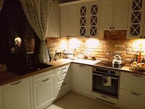 Średnia beżowa kuchnia w kształcie litery l z oknem, styl prowansalski - zdjęcie od MartuuSz.