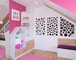 Pokój na poddaszu dla dziewczynek - Mały biały różowy pokój dziecka dla dziewczynki dla malucha - zdjęcie od simmon33