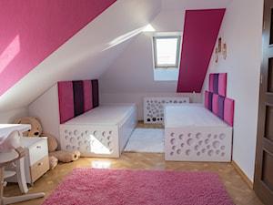 Pokój na poddaszu dla dziewczynek - Średni biały czerwony pokój dziecka dla dziewczynki dla rodzeństwa dla ucznia dla malucha dla nastolatka - zdjęcie od simmon33