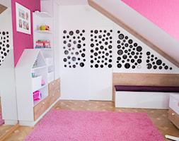 Pokój na poddaszu dla dziewczynek - Mały biały różowy pokój dziecka dla dziewczynki dla ucznia dla malucha dla nastolatka - zdjęcie od simmon33