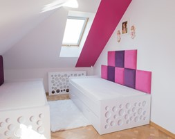 Pokój na poddaszu dla dziewczynek - Mały biały beżowy czerwony pokój dziecka dla chłopca dla dziewczynki dla rodzeństwa dla malucha dla nastolatka - zdjęcie od simmon33
