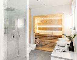 Dom jednorodzinny 220m2 - Duża biała szara łazienka w domu jednorodzinnym jako salon kąpielowy z oknem, styl nowoczesny - zdjęcie od paulaselerowicz.pl