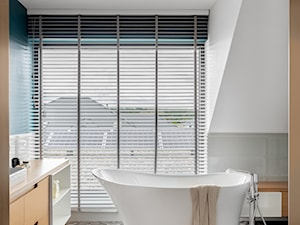Dom jednorodzinny 190m2 - Średnia biała niebieska łazienka na poddaszu w domu jednorodzinnym z oknem, styl skandynawski - zdjęcie od paulaselerowicz.pl