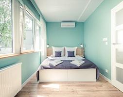Mała turkusowa sypialnia małżeńska, styl minimalistyczny - zdjęcie od Aleksandra Mółka
