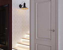Korytarz w kolorach bieli i bordo z dodatkiem geometrycznej tapety - zdjęcie od igloo studio - Homebook