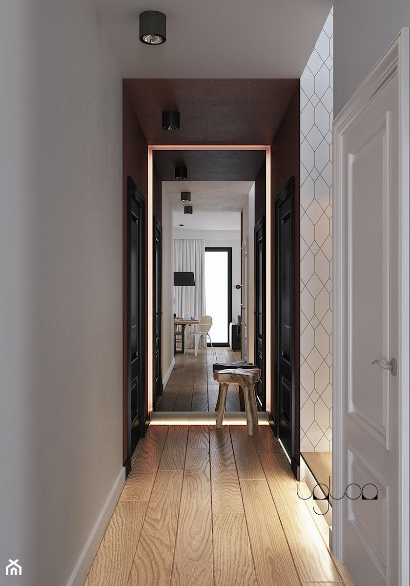 Korytarz w kolorach bieli i bordo z dodatkiem geometrycznej tapety - zdjęcie od igloo studio